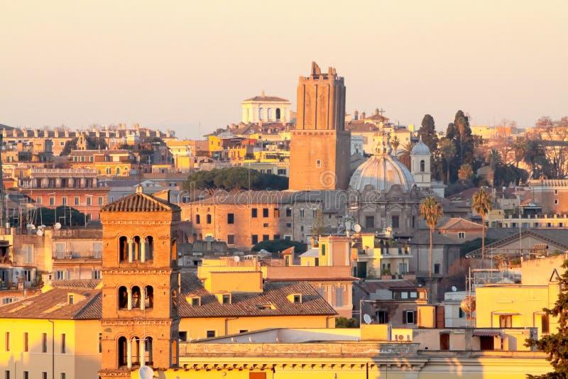 Vista de telhados de Roma: Torre de Palazzo Senatorio, San Giorgio na abóbada do Towerbell, do San Luca e de Martina da igreja da fotografia de stock