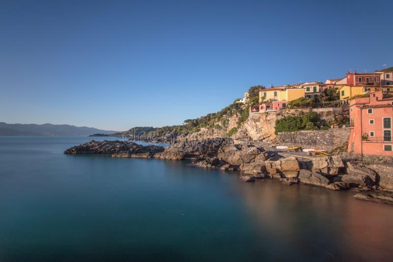 Vista de Tellaro, provincia de Spezia del La, cerca de Cinque Terre, Italia fotografía de archivo libre de regalías
