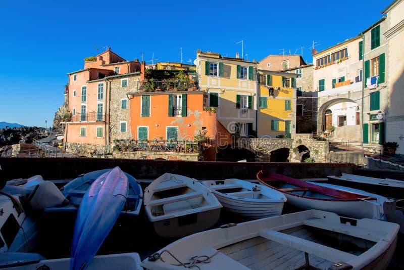 Vista de Tellaro, provincia de Spezia del La, cerca de Cinque Terre, Italia imagenes de archivo