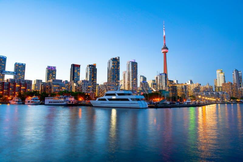 Vista de Toronto céntrica sobre el puerto deportivo en la puesta del sol imagen de archivo