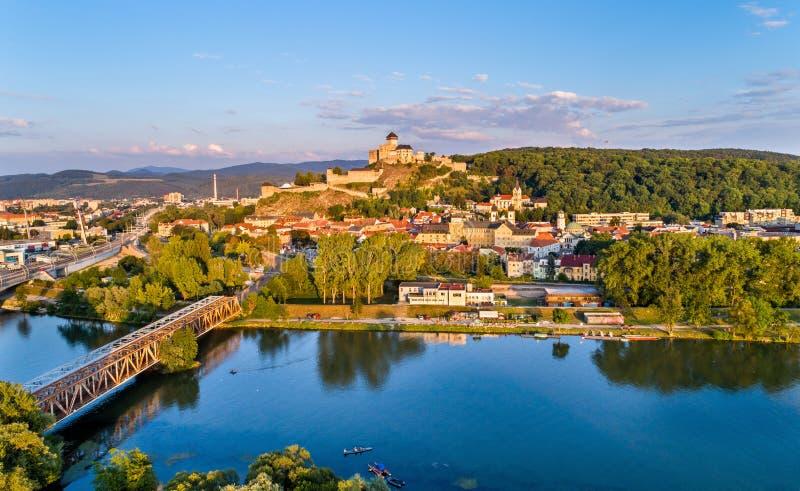 Vista de Trencin com o castelo de Trencin acima do rio de Vah em Eslováquia imagem de stock royalty free