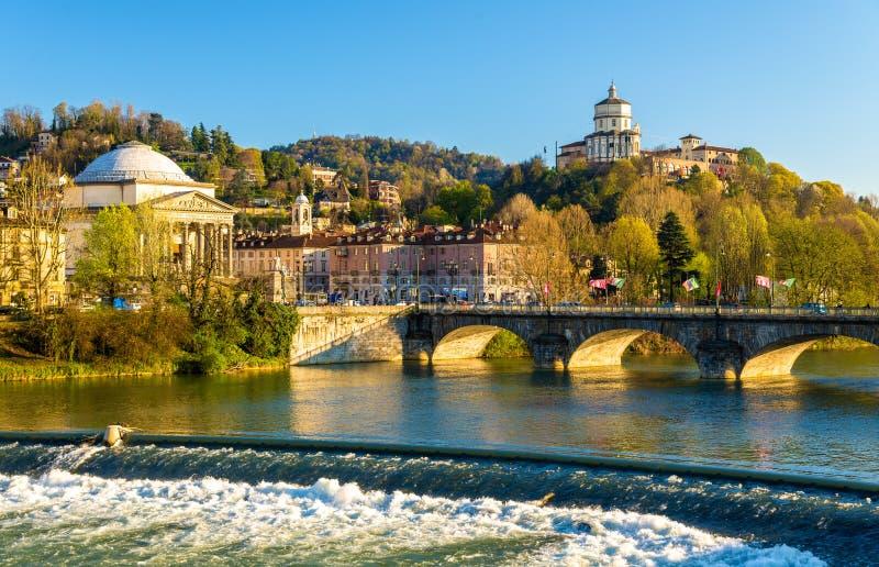 Vista de Turin sobre o Rio Pó imagem de stock