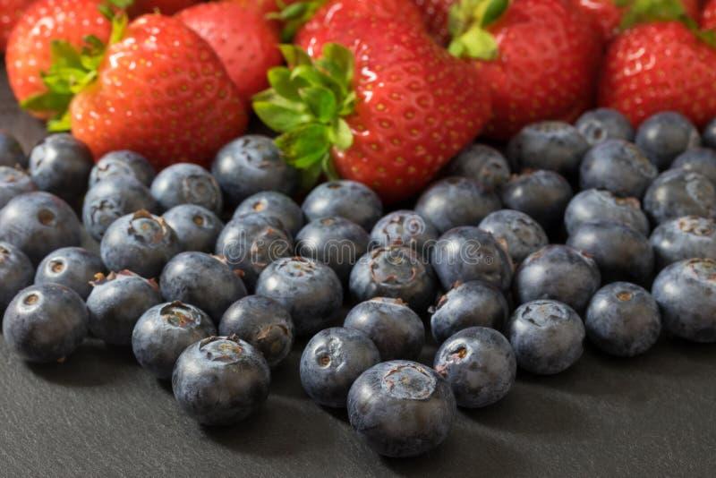 Vista de um ângulo mais alto a uma mistura de morangos e de blueberrie imagem de stock royalty free