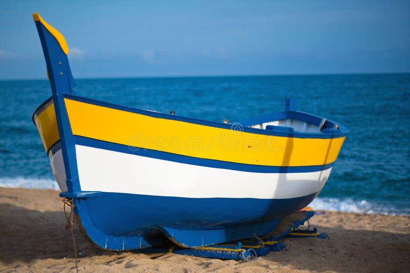 Vista de um barco dentro em uma praia em Calella, Spain foto de stock royalty free