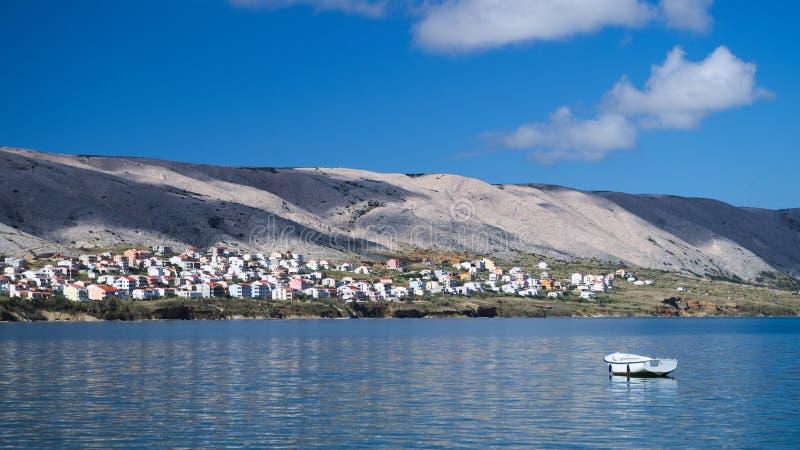 Vista de um barco na vila do Pag fotos de stock royalty free