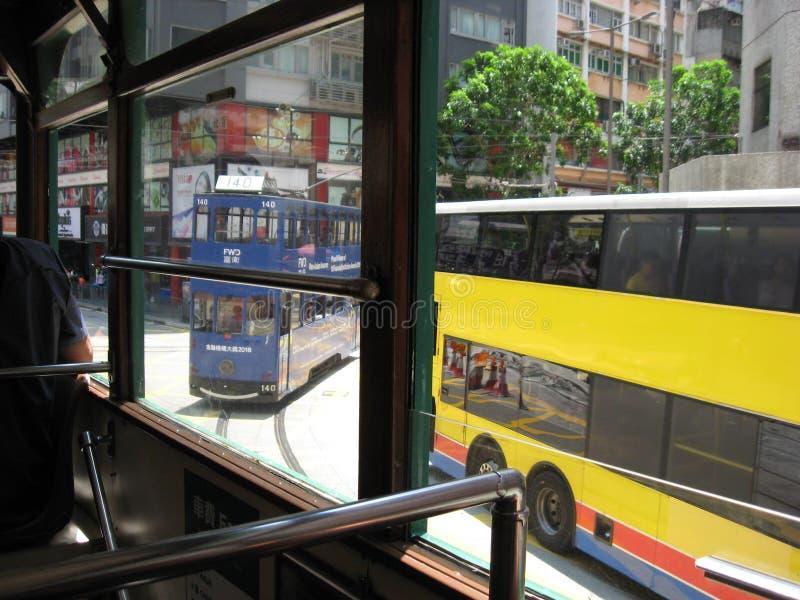 Vista de um bonde na rua principal ocupada em Hong Kong central imagens de stock