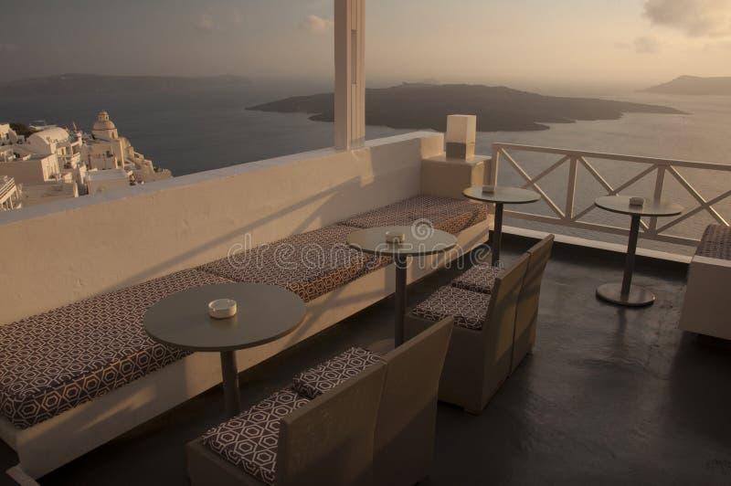 Vista de um café sobre a cidade de Fira foto de stock royalty free