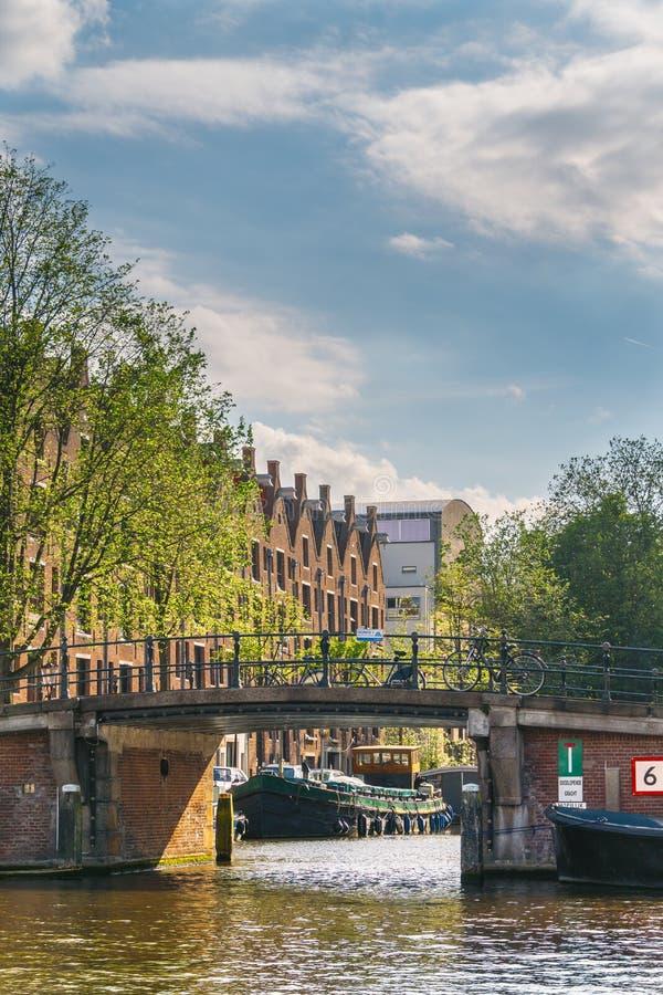 Vista de um canal em Amsterdão fotos de stock royalty free