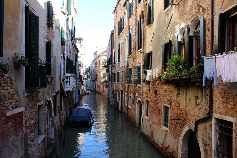 Vista de um canal em Veneza imagem de stock