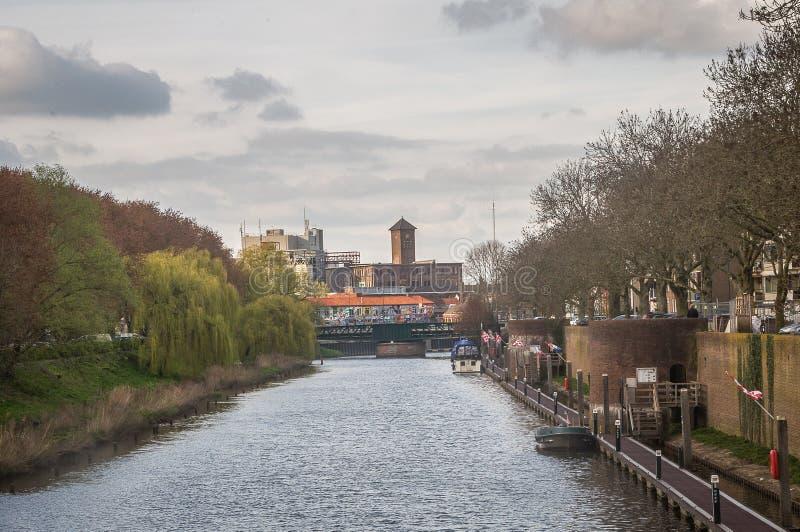 Vista de um castelo por um rio foto de stock royalty free