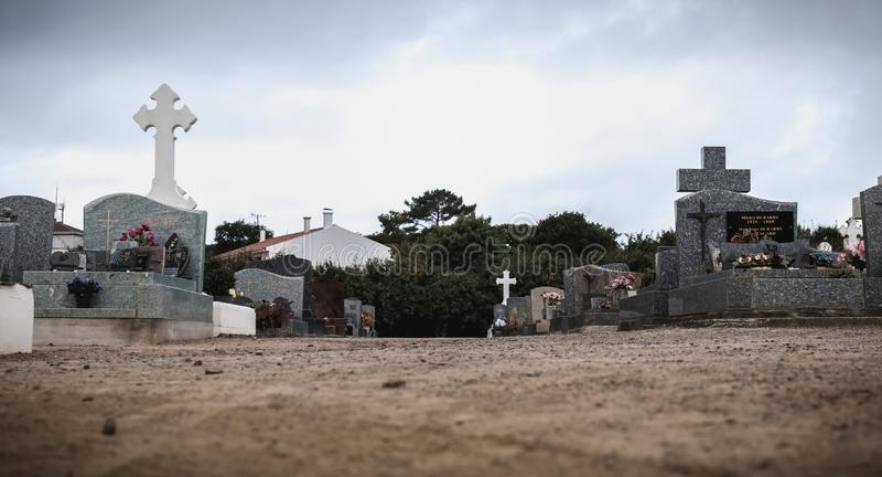 Vista de um cemitério e de uma ilha do inYeu dos túmulos antigos imagens de stock