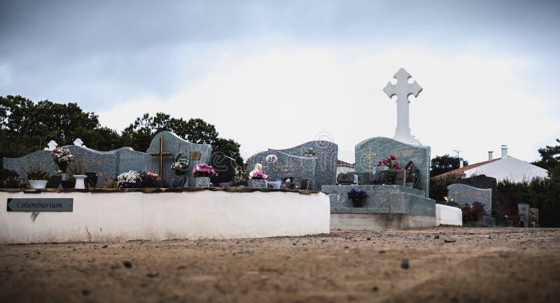 Vista de um cemitério e de uma ilha do inYeu dos túmulos antigos foto de stock royalty free