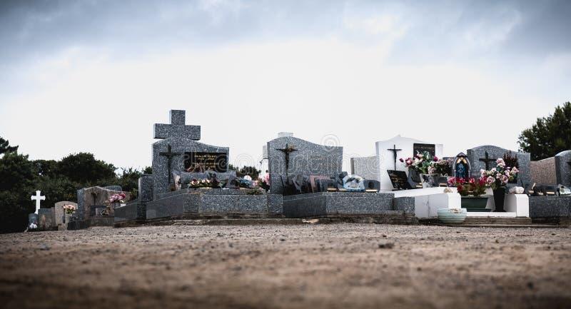 Vista de um cemitério e de uma ilha do inYeu dos túmulos antigos fotos de stock
