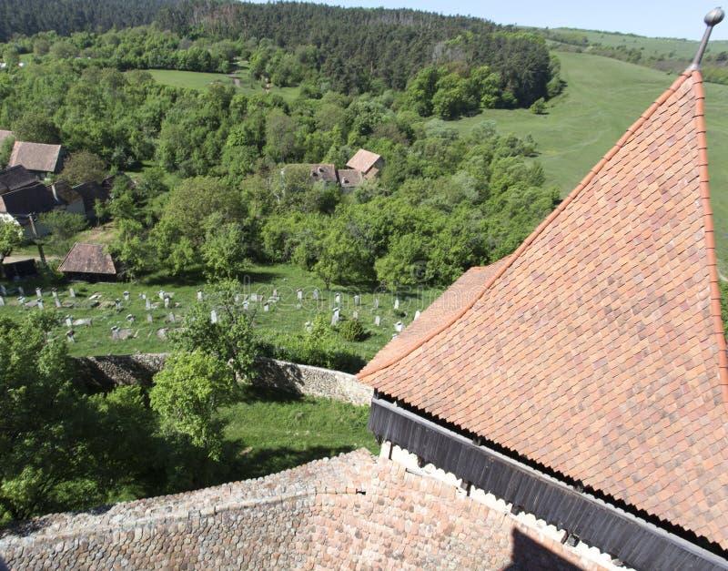 Vista de um cemitério em Transilvania imagem de stock