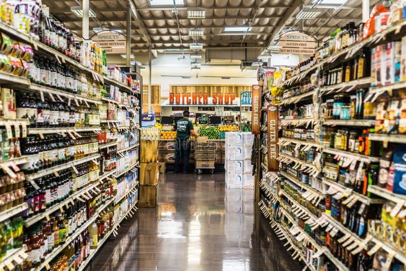Vista de um corredor em um mercado dos fazendeiros dos brotos foto de stock royalty free