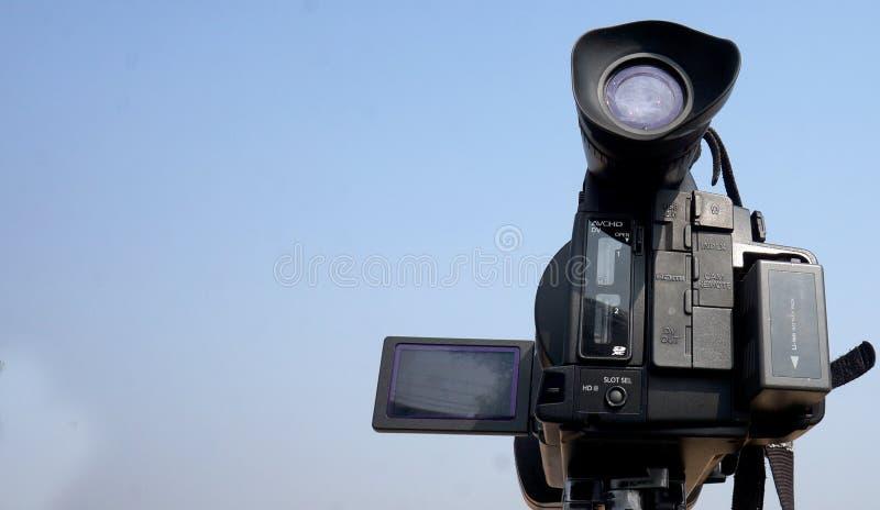 Vista de um gravador de v?deo mantido no suporte para o tiro no ar livre imagens de stock royalty free