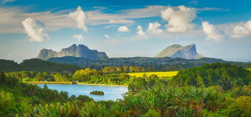 Vista de um lago e de montanhas mauritius Panorama foto de stock