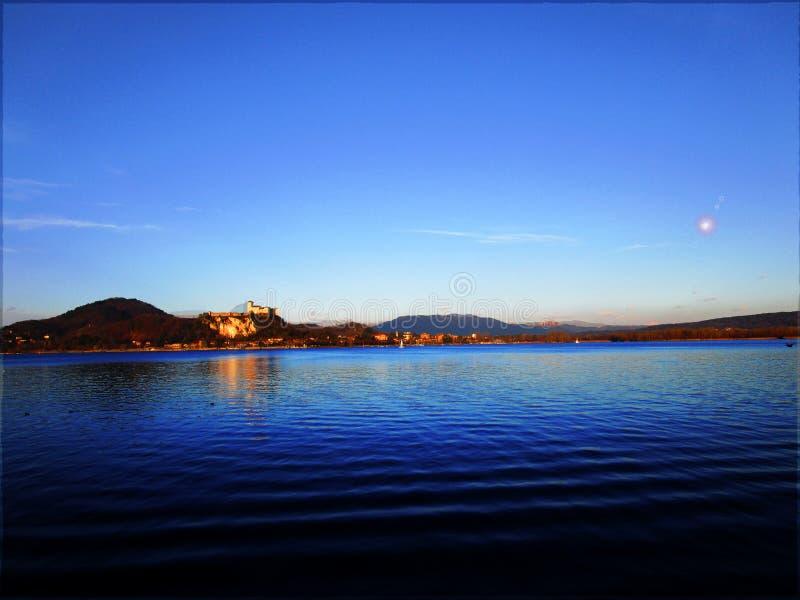 Vista de um lago europeu fotos de stock royalty free