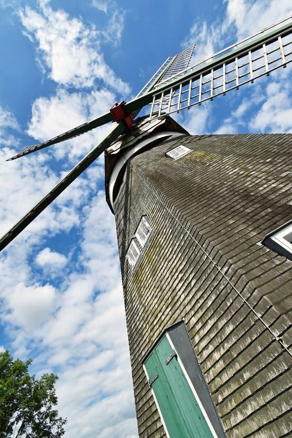 Vista de um moinho de vento da parte inferior até as asas fotografia de stock
