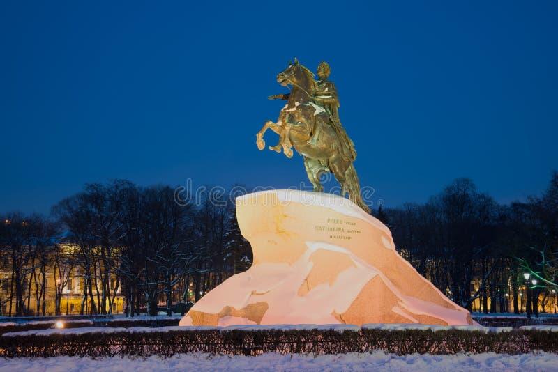 Vista de um monumento a Peter eu bronzeio o cavaleiro na noite de fevereiro St Petersburg imagem de stock royalty free