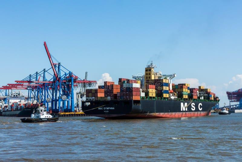 Vista de um navio no porto de Hamburgo e do Elbe fotos de stock royalty free