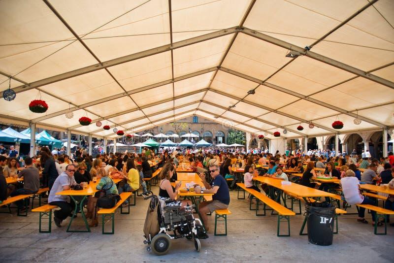 Vista de um Oktoberfest em Barcelona, Espanha imagens de stock royalty free