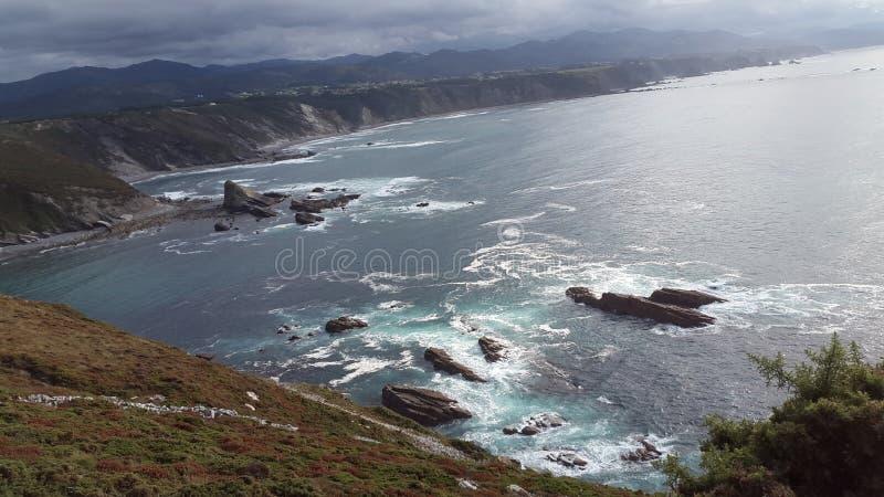 Vista de um penhasco do mar e das rochas foto de stock