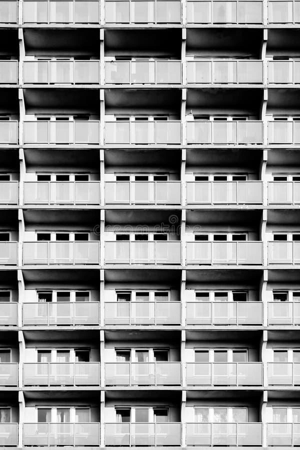 Vista de um prédio de apartamentos fotos de stock royalty free