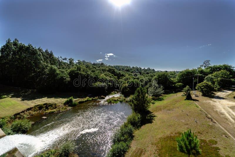 Vista de um rio da Espanha de Galiza e drenagem de um reservatório visto da parte superior da represa foto de stock