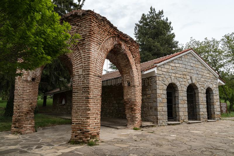 Vista de um túmulo thracian antigo em Kazanlak, Bulgária fotos de stock
