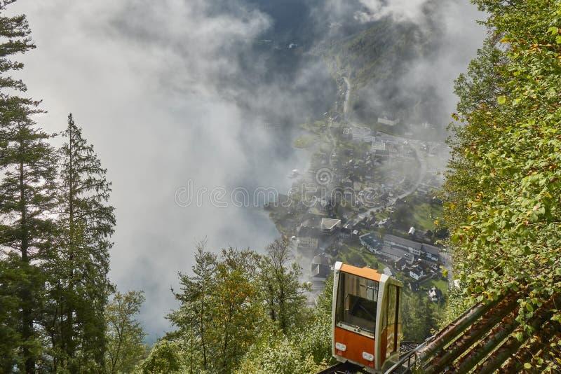 Vista de um teleférico de Hallstatt da estação superior que conduz a uma opinião do skywalk em Áustria com névoa no fundo imagem de stock