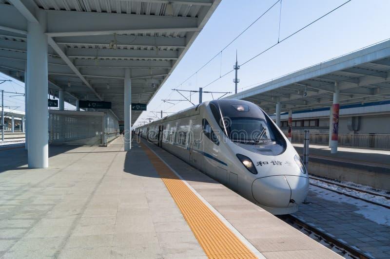 Vista de um trem de bala de alta velocidade de CRH na estação de trem de YANJIXI, JILIN, CHINA imagem de stock