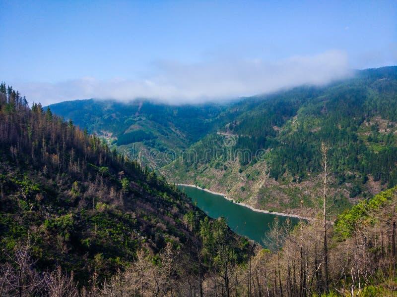 Vista de um vale e de montanheses das montanhas entre uma turquesa imagem de stock royalty free