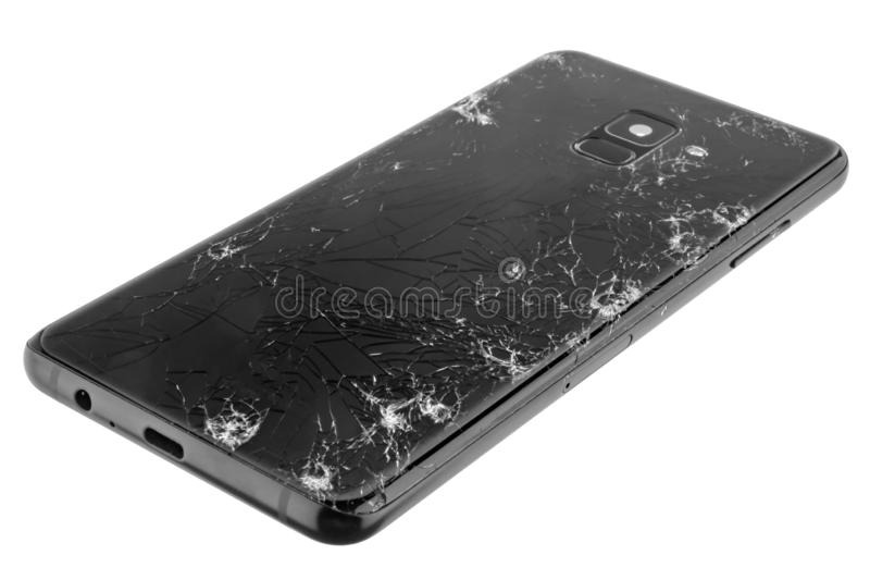 Vista de um vidro traseiro do smartphone seriamente quebrado isolado no branco foto de stock royalty free