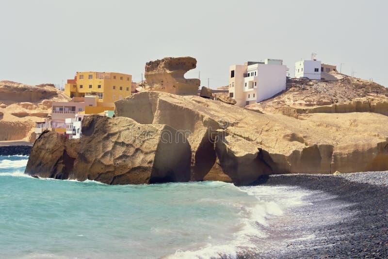 Vista de uma aldeia piscatória construída no Atlântico no arenito fotos de stock