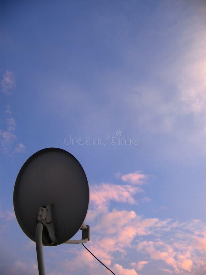 Vista de uma antena de televisão satélite circular fotografia de stock