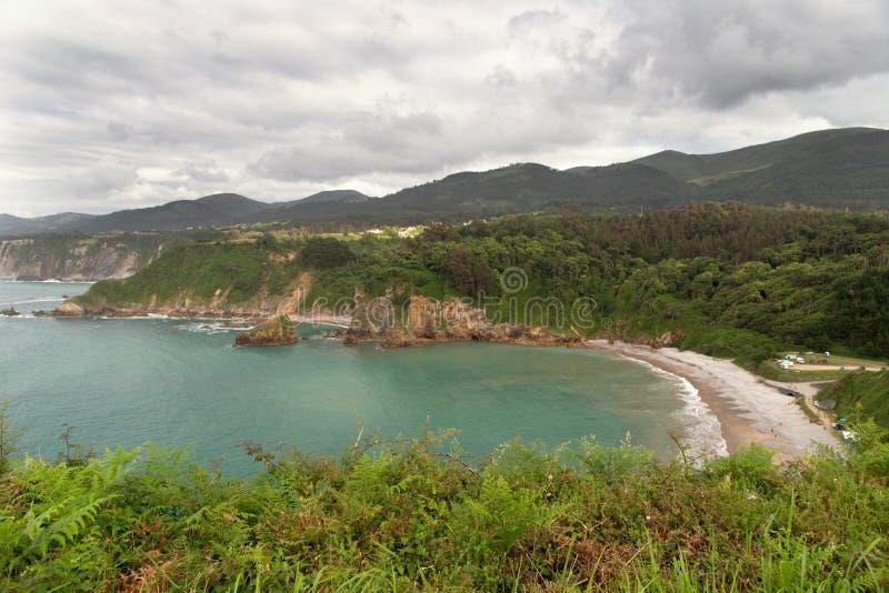 Vista de uma baía do mar com costa íngreme imagens de stock royalty free