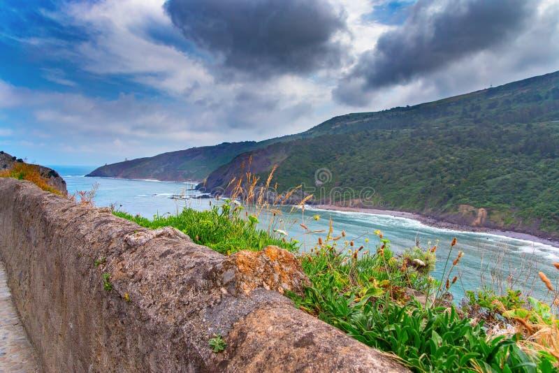 Vista de uma baía do mar da costa alta fotografia de stock