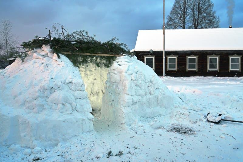 Vista de uma casa da neve do iglu construída na vila de Rússia na noite foto de stock royalty free