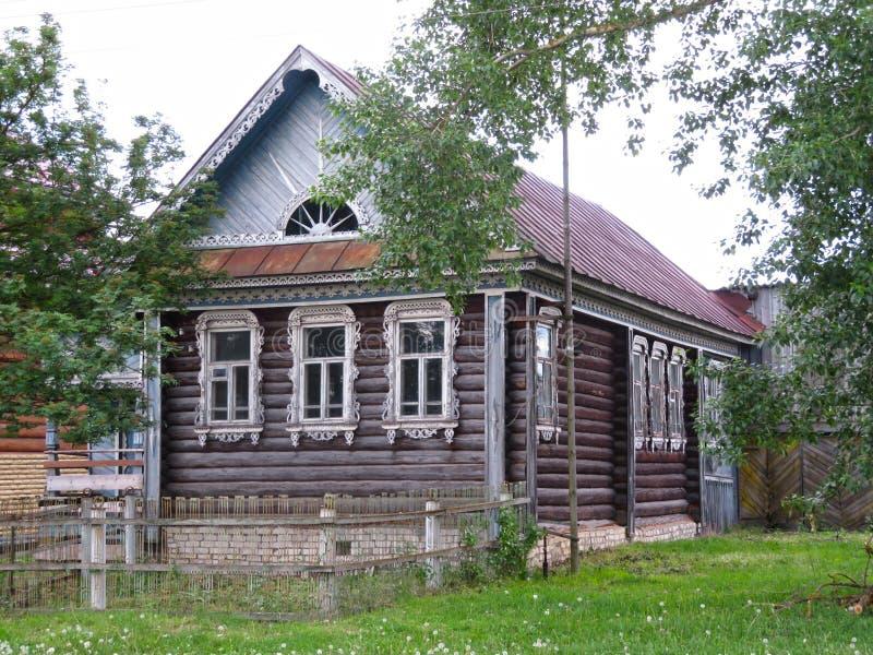 Vista de uma casa rural bonita imagens de stock