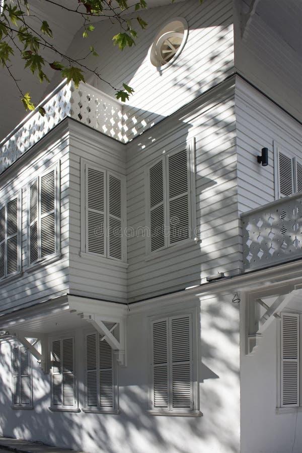 Vista de uma casa velha, branca, de madeira, histórica foto de stock royalty free