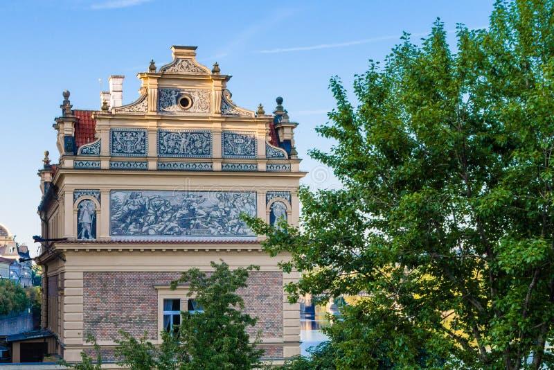 A vista de uma casa velha na cidade velha de Praga imagem de stock