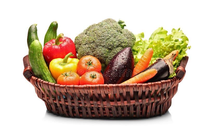 Vista de uma cesta completamente com vegetais foto de stock