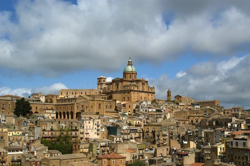 Vista de uma cidade antiga típica, Sicilia foto de stock