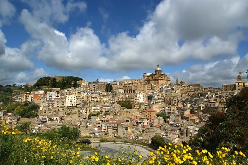 Vista de uma cidade antiga típica, Sicilia imagens de stock royalty free