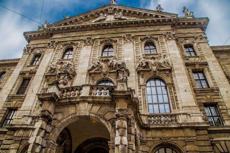 Vista de uma construção histórica bonita imagens de stock royalty free
