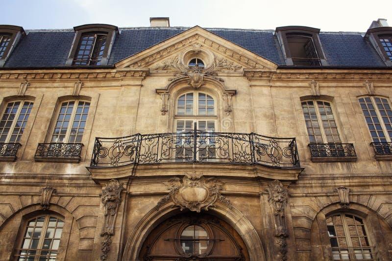 Vista de uma construção tradicional, histórica em Paris foto de stock royalty free