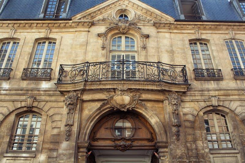Vista de uma construção tradicional, histórica em Paris fotos de stock