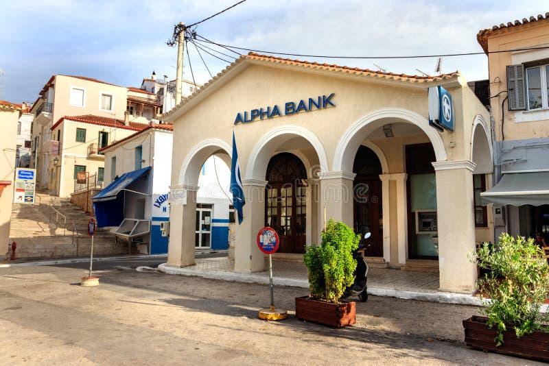 Vista de uma construção tradicional, o ramo de Alpha Bank em Pylos, Grécia fotografia de stock