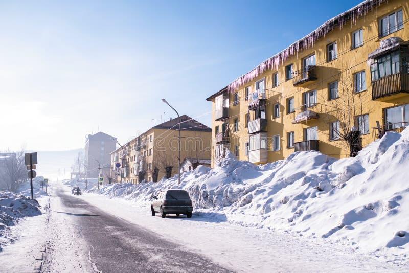 Vista de uma das ruas da localidade urbana de Sheregesh na montanha Shoria, Sibéria foto de stock royalty free